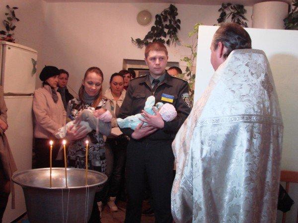 Начало жизни – в изоляции. В Артемовском СИЗО за решеткой крестили двойню (ВИДЕО), фото-3