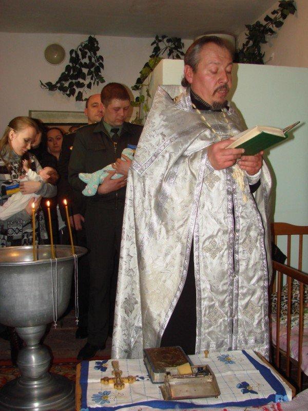 Начало жизни – в изоляции. В Артемовском СИЗО за решеткой крестили двойню (ВИДЕО), фото-4
