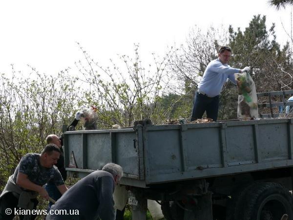 Ялтинские депутаты вышли на субботник в пятницу, фото-8