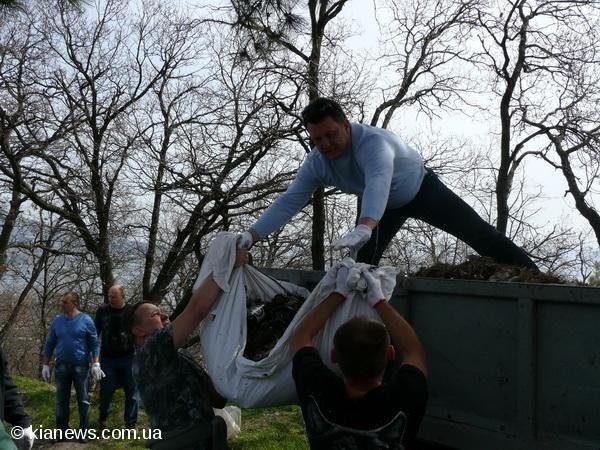 Ялтинские депутаты вышли на субботник в пятницу, фото-2