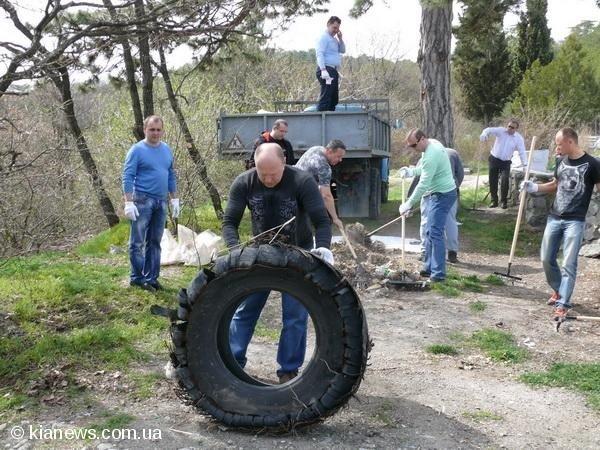 Ялтинские депутаты вышли на субботник в пятницу, фото-1
