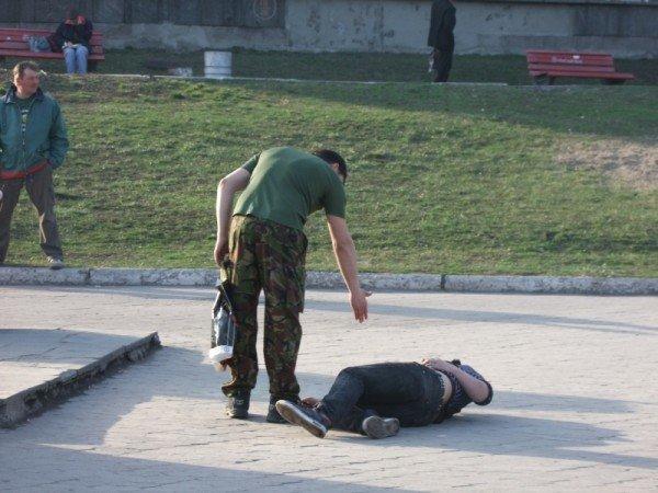 Милиция осталась равнодушной к драке в центре Донецка – спасая ребенка, мама убежала, бросив коляску (фото), фото-1