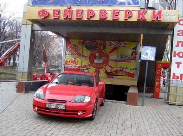 В центре Донецка крутая иномарка припарковалась так, что закрыла выход из подземного перехода (фото), фото-1