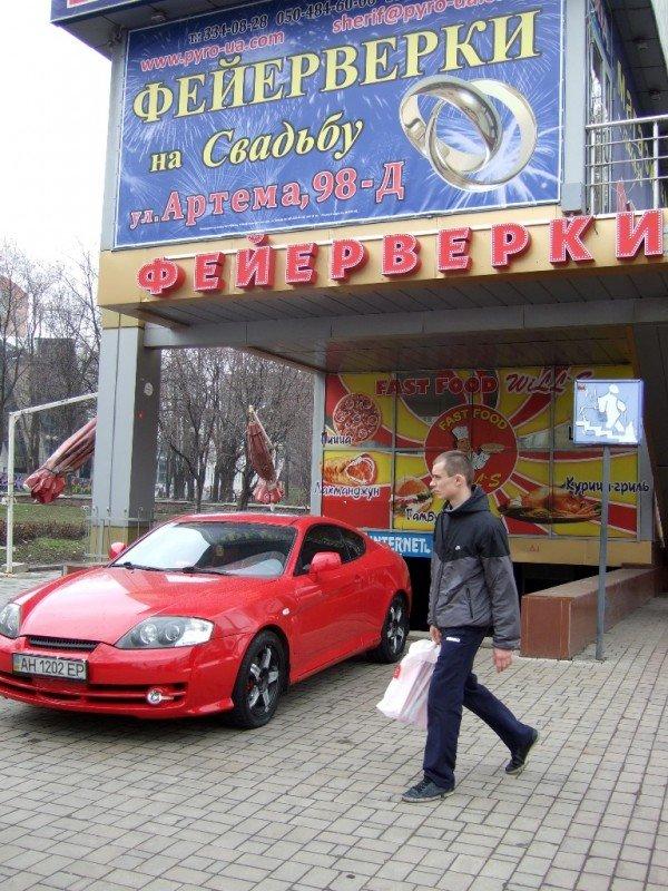 В центре Донецка крутая иномарка припарковалась так, что закрыла выход из подземного перехода (фото), фото-2