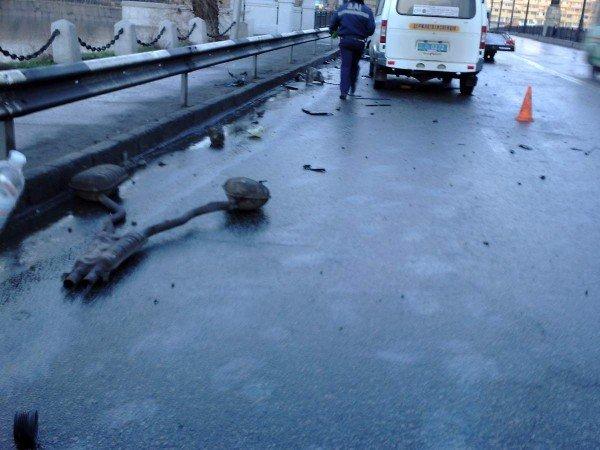 На мосту в центре Донецка «БМВ» влетел в осветительную опору (фото), фото-3