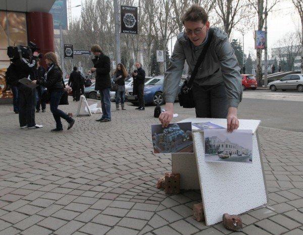 В Донецке офис Рината Ахметова забросали мусором (фото, видео), фото-1