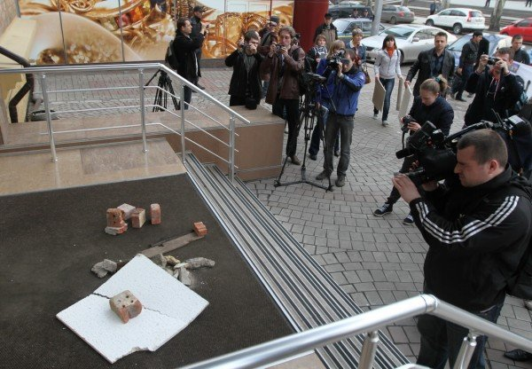 В Донецке офис Рината Ахметова забросали мусором (фото, видео), фото-7