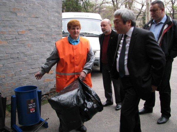 Запорожский мэр совещался с дворниками по поводу новых урн (ФОТО), фото-3