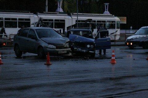 У Вінниці біля «Урожаю» зіткнулися «шістка» та «Лада Калина» (ФОТО, ВІДЕО), фото-2
