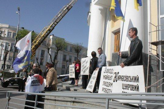Захищати Кирнасівський цукровий завод його робітники прибули під стіни Вінницької облради, фото-1