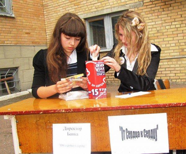 В Артемовске школьники собрали 2500 гривен для детей-диабетиков, продав на ярмарке свои игрушки и книги, фото-1