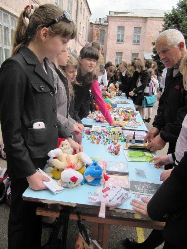 В Артемовске школьники собрали 2500 гривен для детей-диабетиков, продав на ярмарке свои игрушки и книги, фото-2