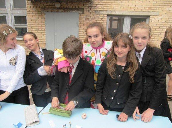 В Артемовске школьники собрали 2500 гривен для детей-диабетиков, продав на ярмарке свои игрушки и книги, фото-3