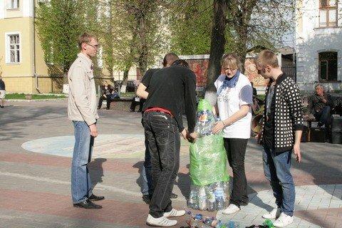 У Вінниці студенти-волонтери зробили статую пластикової пляшки (ФОТО), фото-1