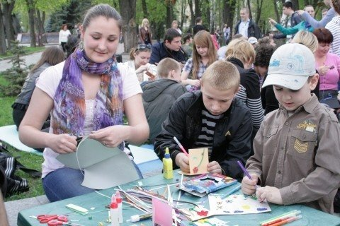 У Вінниці студенти-волонтери зробили статую пластикової пляшки (ФОТО), фото-4