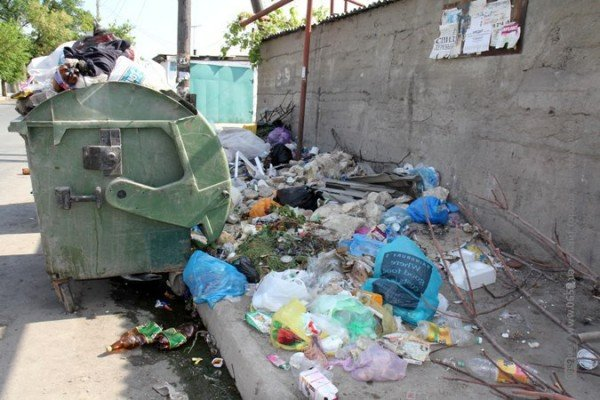 Первомайский подарок от мэрии Симферополя: с улиц города не вывозят мусор (ФОТО), фото-3