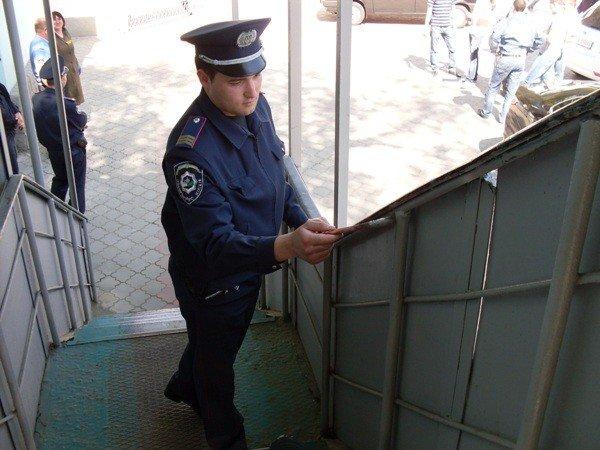 Симферопольская милиция взялась за грабли и метлы и сделала «что-то полезное для города» (фото), фото-1