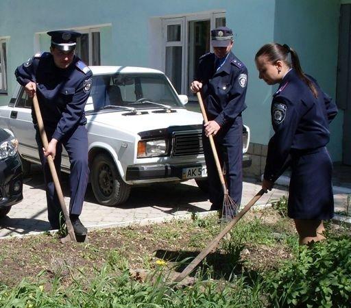 Симферопольская милиция взялась за грабли и метлы и сделала «что-то полезное для города» (фото), фото-2