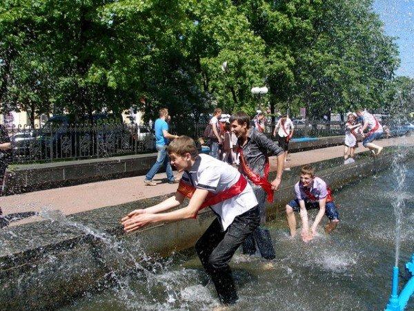 Вчера в Луганске выпускники купались в фонтанах (ФОТО), фото-4