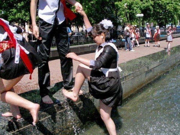 Вчера в Луганске выпускники купались в фонтанах (ФОТО), фото-1