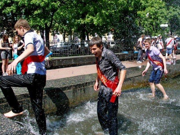 Вчера в Луганске выпускники купались в фонтанах (ФОТО), фото-5