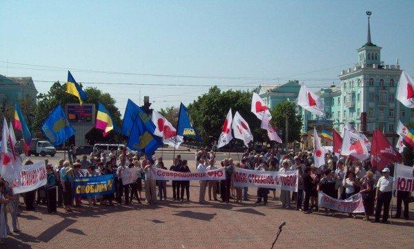 В Луганске сторонники Юлиии Тимошенко предложили посидеть на «золотом унитазе» Януковича, фото-1