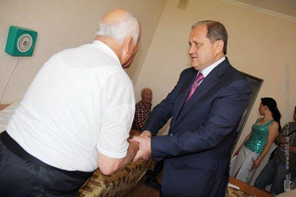 Могилев поздравил ветеранов гвоздиками, а четверым из них еще и пакетики с подарками вручил (ФОТО), фото-1