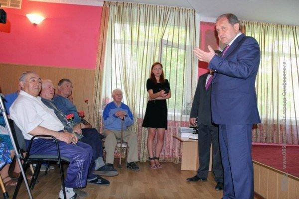 Могилев поздравил ветеранов гвоздиками, а четверым из них еще и пакетики с подарками вручил (ФОТО), фото-2