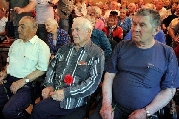 Могилев поздравил ветеранов гвоздиками, а четверым из них еще и пакетики с подарками вручил (ФОТО), фото-3