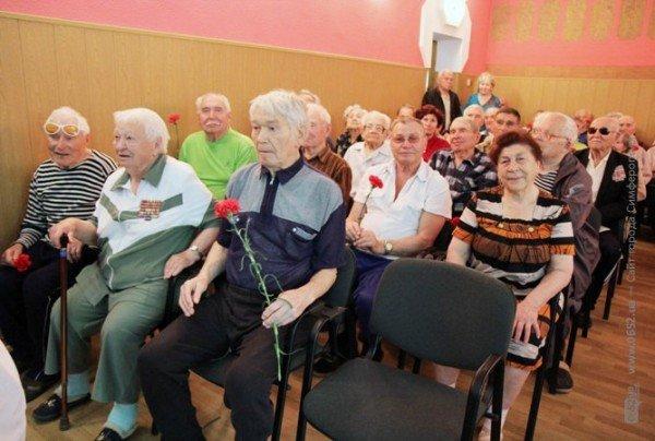 Могилев поздравил ветеранов гвоздиками, а четверым из них еще и пакетики с подарками вручил (ФОТО), фото-5