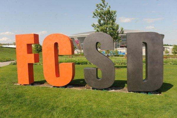 В центре Донецка появились огромные английские буквы (фото), фото-1
