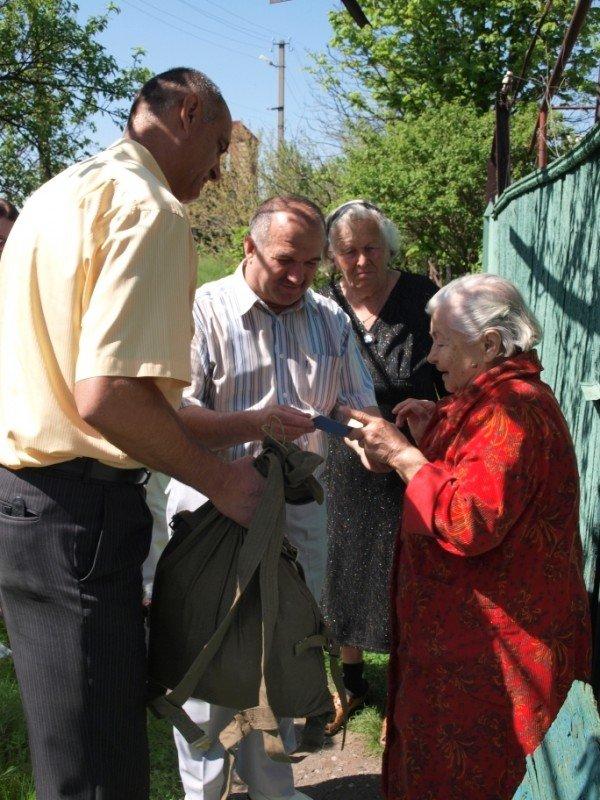 Ветераны Артемовска получили к 9 Мая современные вещмешки, сделанные по спецзаказу, фото-1