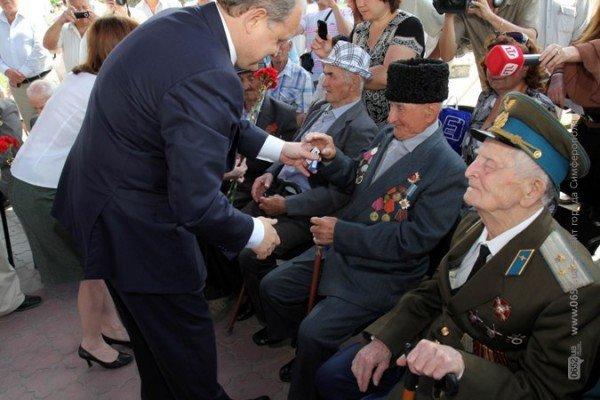 В центре Симферополя Могилев катал ветеранов на машине (ФОТО), фото-3