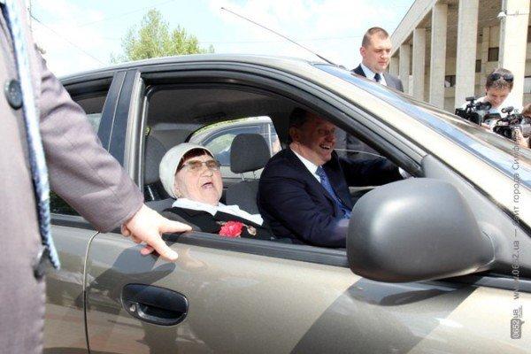 В центре Симферополя Могилев катал ветеранов на машине (ФОТО), фото-6