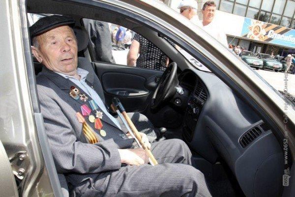 В центре Симферополя Могилев катал ветеранов на машине (ФОТО), фото-8