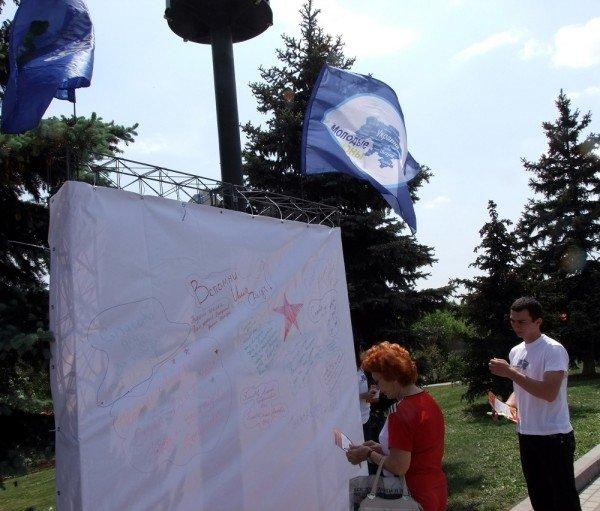 В Донецке регионалы водрузили партийное знамя на танк времен Великой Отечественной войны (фото), фото-2