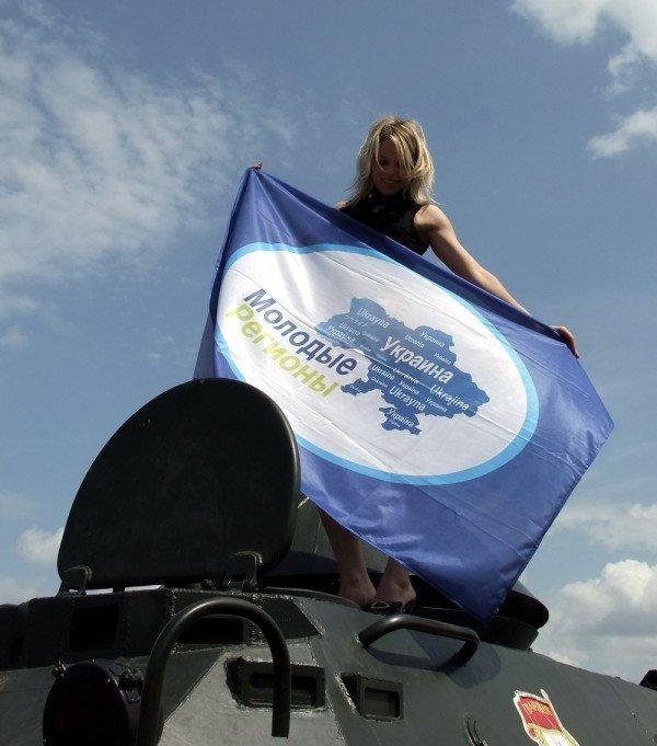 В Донецке регионалы водрузили партийное знамя на танк времен Великой Отечественной войны (фото), фото-1