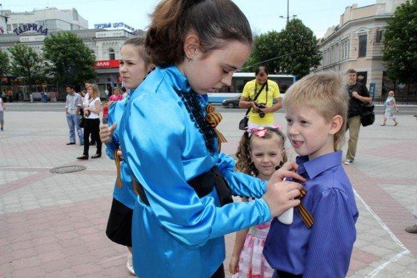 В Симферополе молодежь повязывает «георгиевские ленты» куда придется (ФОТО), фото-2