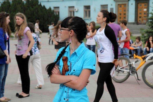 В Симферополе молодежь повязывает «георгиевские ленты» куда придется (ФОТО), фото-10