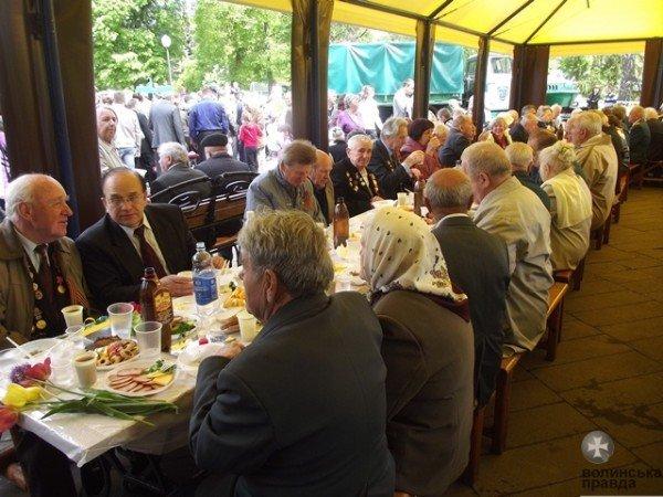 До Дня Перемоги луцька мерія організувала святковий стіл для ветеранів (ФОТО), фото-4