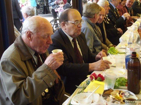До Дня Перемоги луцька мерія організувала святковий стіл для ветеранів (ФОТО), фото-3