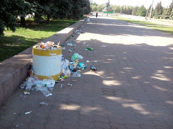 Кучи мусора и заплеванный фонтан. Кто виноват: коммунальщики или горловчане?, фото-3