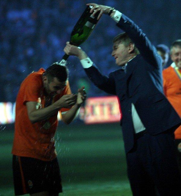 Как Ахметова искупали в шампанском (фото), фото-1