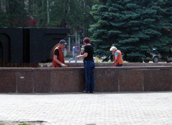 После публикации на сайте 06242 коммунальщики вычистили главный фонтан Горловки, фото-1