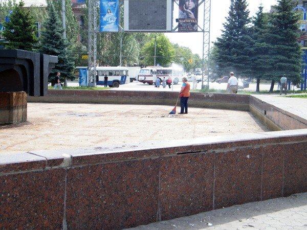 После публикации на сайте 06242 коммунальщики вычистили главный фонтан Горловки, фото-4
