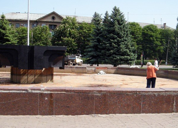 После публикации на сайте 06242 коммунальщики вычистили главный фонтан Горловки, фото-5