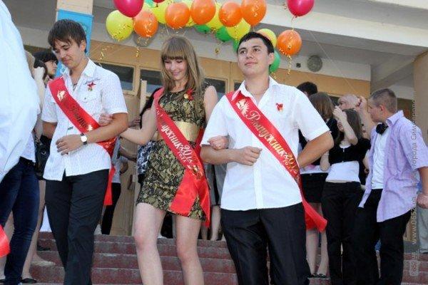 Фоторепортаж: Выпускники Симферополя празднуют окончание школы, фото-1