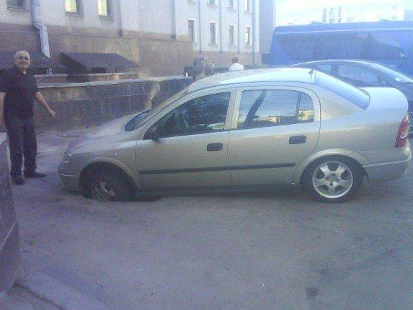 У центрі Рівного під автівкою провалився асфальт (ФОТО), фото-1