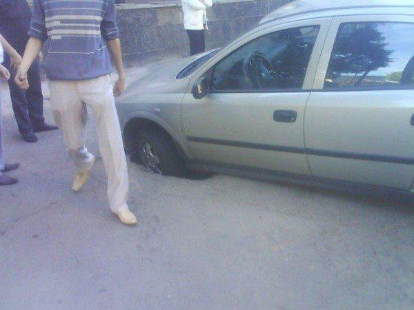 У центрі Рівного під автівкою провалився асфальт (ФОТО), фото-2