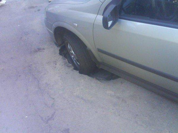 У центрі Рівного під автівкою провалився асфальт (ФОТО), фото-3